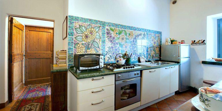07-s527-kitchen