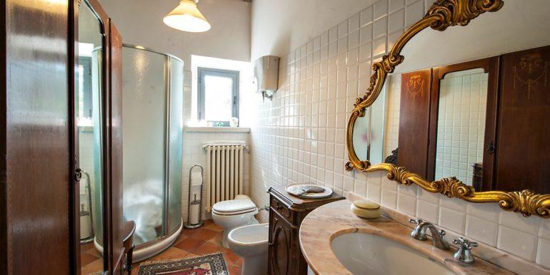 11-s527-bathroom
