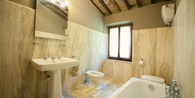 27-s574-bathroom-Prato di sopra