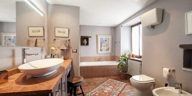 28-s574-bathroom-Prato di sopra