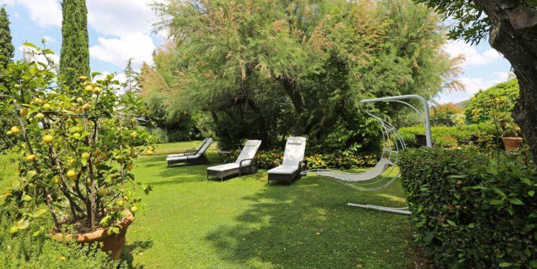 15-s573-garden with sunbeds-Il Giardino  del Porcinai