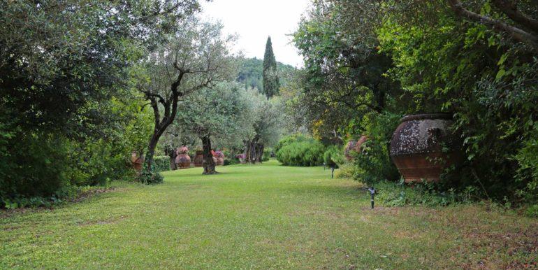 17-s573-garden with terracotta pots-Il Giardino  del Porcinai
