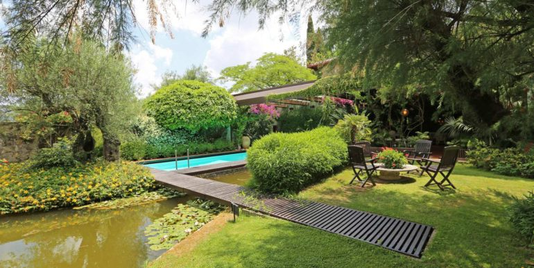 9-s573-garden with pond footbridge-il Giardino del Porcinai