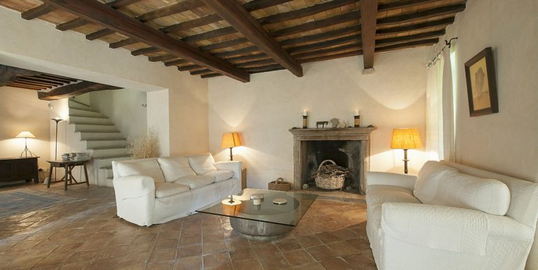 11-s576-living room with fireplace- la guardiana del castello