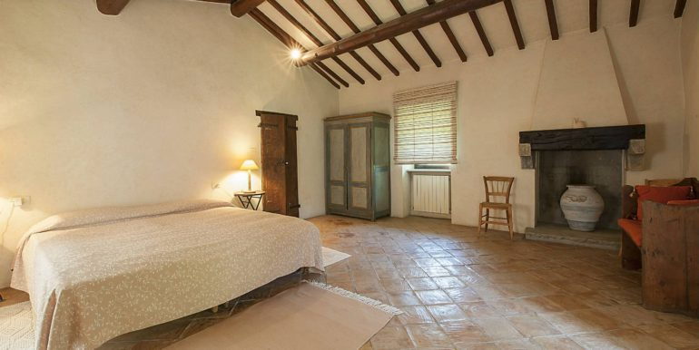 18-s576-bedroom with fireplace-la guardiana del castello