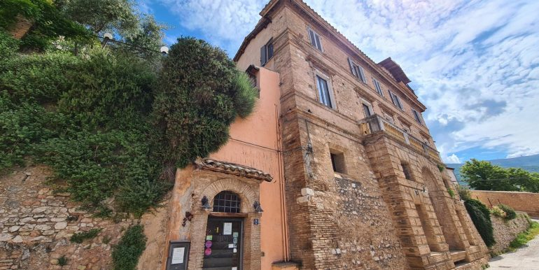 3-s599 - ancient hotel for sale in trevi - palazzo natalini - via dei colli